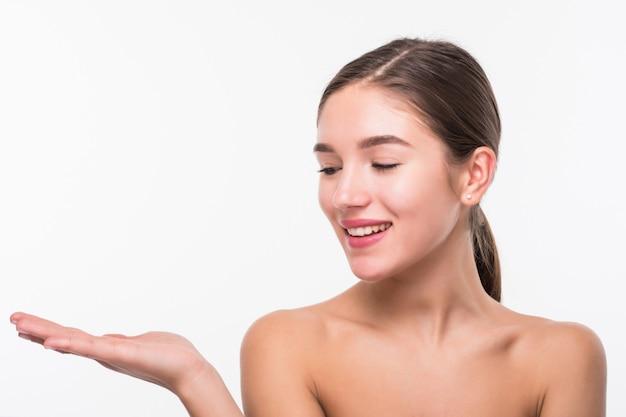 Giovane donna graziosa con pelle pulita fresca isolata sul muro bianco,