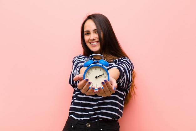 Giovane donna graziosa con un orologio. concetto di tempo
