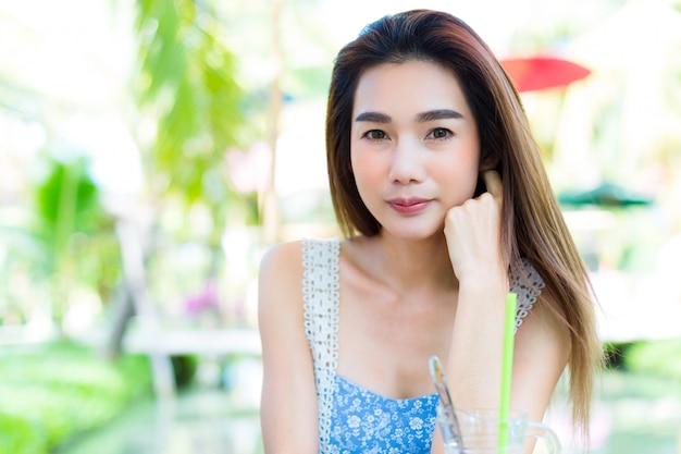 Giovane donna graziosa del ritratto in parco