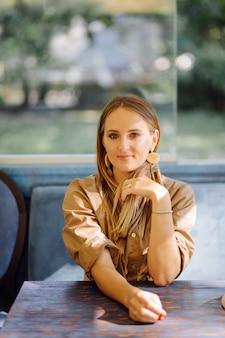 Giovane donna graziosa in caffetteria