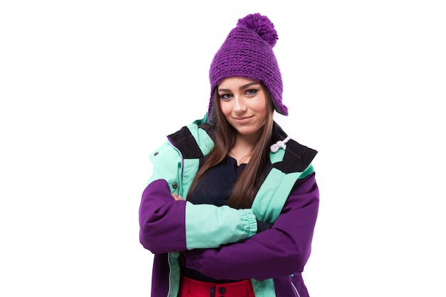 Giovane donna graziosa in cappotto da sci viola