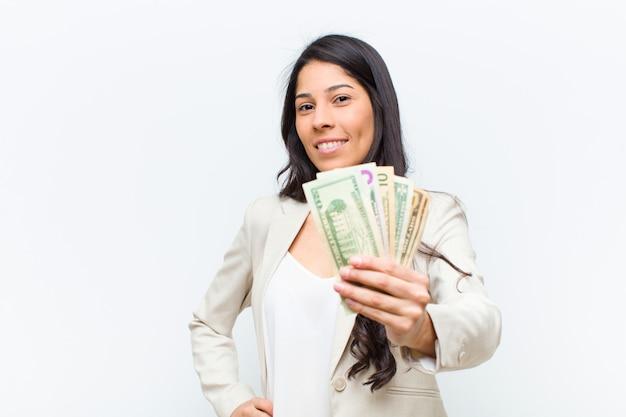 Giovane donna graziosa ispanica con le banconote del dollaro
