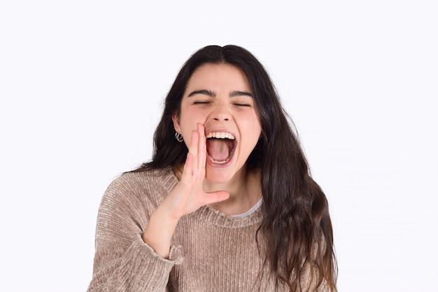 Giovane donna gridando e urlando