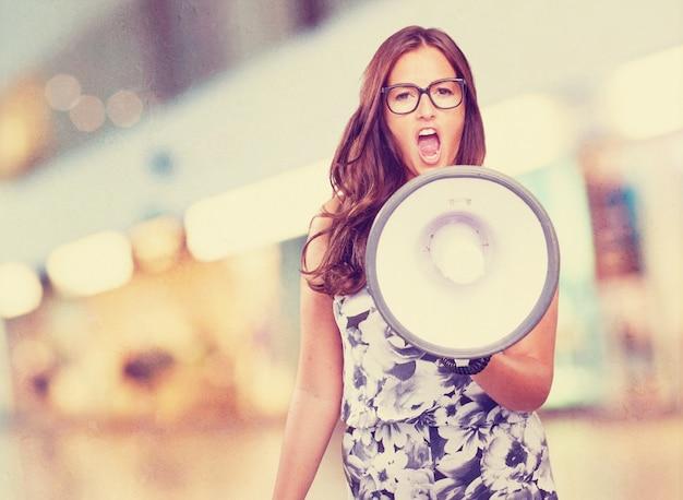 Giovane donna gridare con il megafono