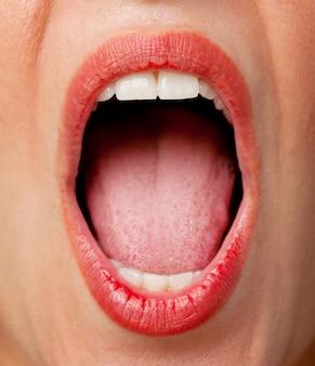 Giovane donna gridare fresco