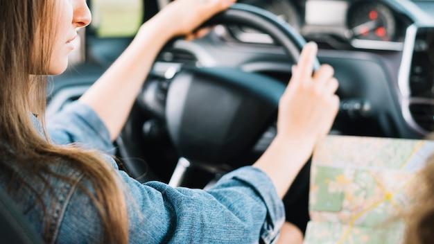 Giovane donna guida auto