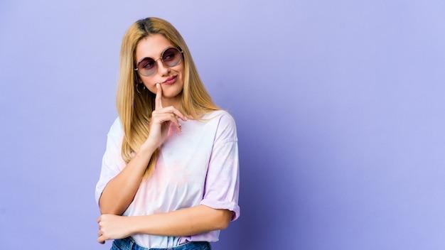 Giovane donna hipie con gli occhiali contemplando, pianificando una strategia, pensando