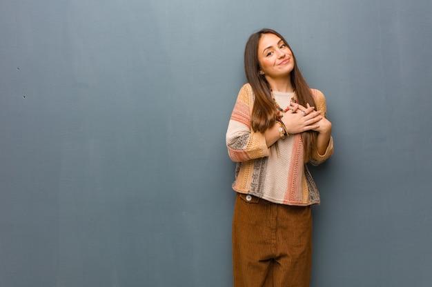 Giovane donna hippie facendo un gesto romantico
