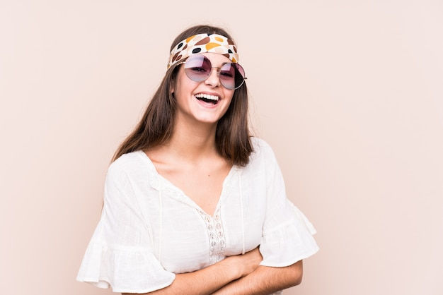 Giovane donna hipter ridendo e divertendosi