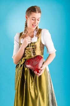 Giovane donna in abiti tradizionali - dirndl o tracht