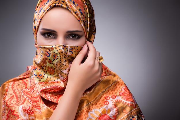 Giovane donna in abiti tradizionali musulmani