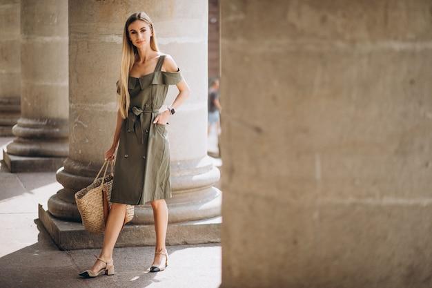 Giovane donna in abito estivo da un vecchio edificio