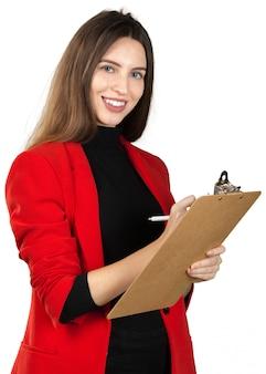Giovane donna in abito formale in possesso di una pila di documenti isolati su bianco