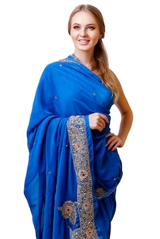 Giovane donna in abito nazionale indiano blu