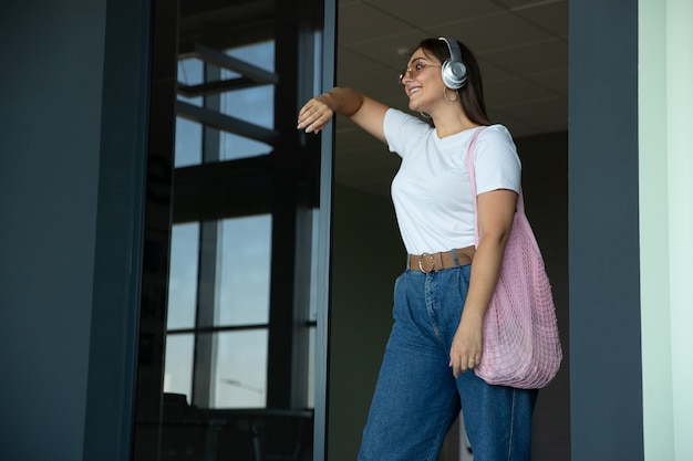 Giovane donna in attesa della partenza in aeroporto