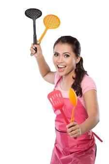 Giovane donna in azione pronta da cucinare