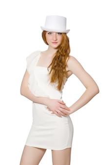 Giovane donna in cappello e vestito elegante isolato su bianco