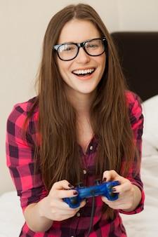 Giovane donna in casual giocare al videogioco
