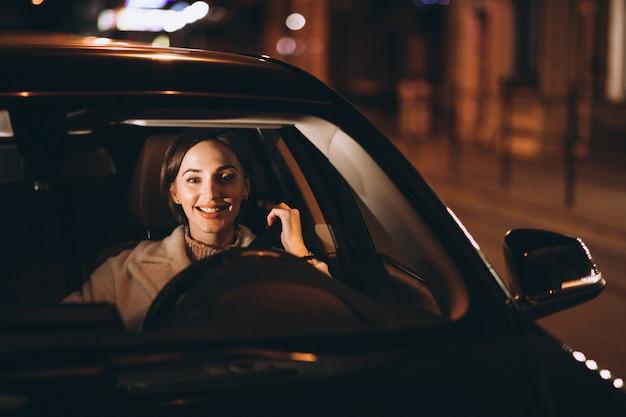 Giovane donna in cintura di sicurezza auto holding