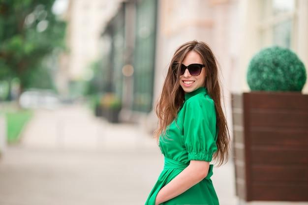 Giovane donna in città