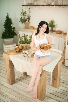 Giovane donna in cucina a preparare i biscotti di pan di zenzero