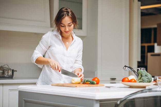 Giovane donna in cucina cucinare la colazione