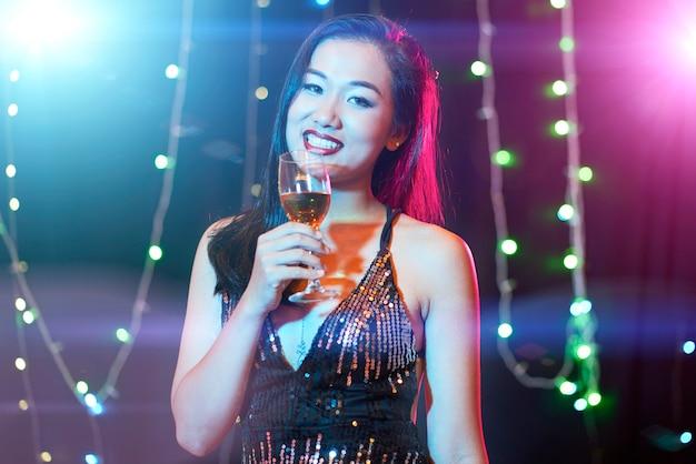 Giovane donna in discoteca