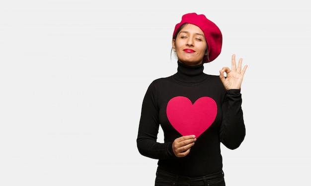 Giovane donna in giorno di san valentino che esegue yoga