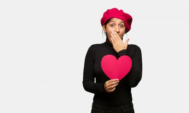 Giovane donna in giorno di san valentino sorpreso e scioccato