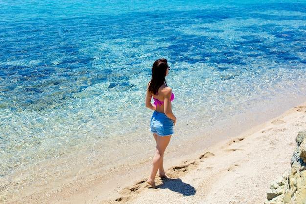 Giovane donna in grecia