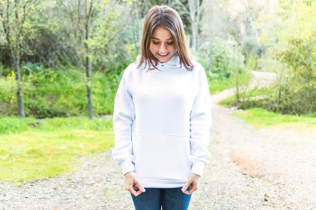 Giovane donna in piedi nella foresta