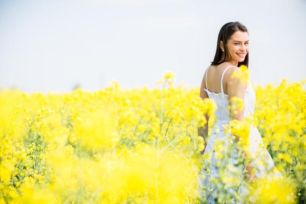 Giovane donna in primavera campo