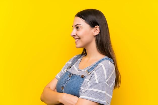 Giovane donna in salopette guardando al lato