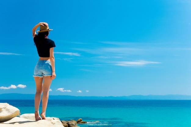 Giovane donna in spiaggia
