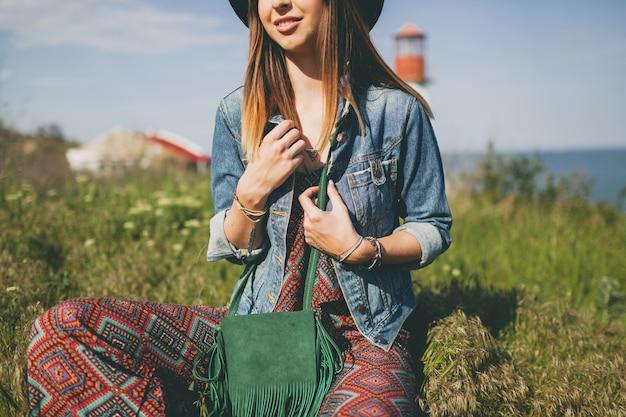 Giovane donna in stile bohémien in campagna