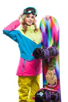 Giovane donna in tuta da sci con snowboard