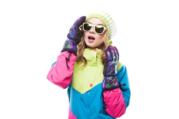 Giovane donna in tuta da sci e occhiali da sole