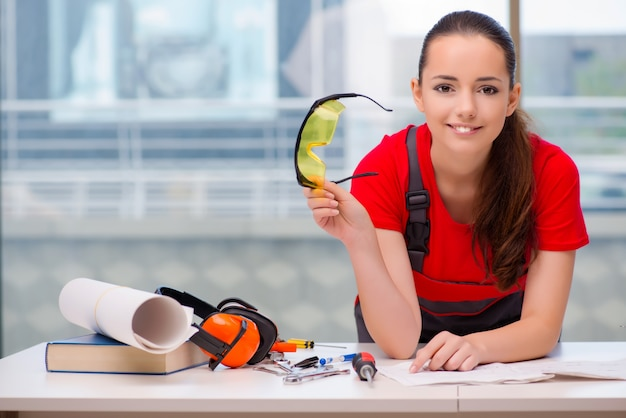 Giovane donna in tute facendo riparazioni