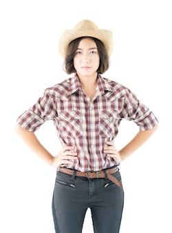 Giovane donna in un cappello da cowboy e camicia a quadri