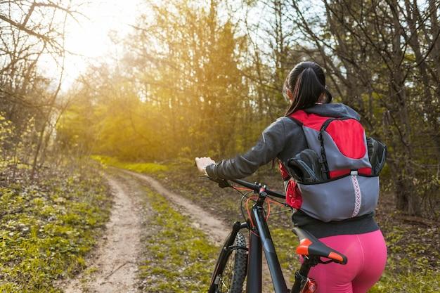 Giovane donna in un'escursione con la sua bicicletta