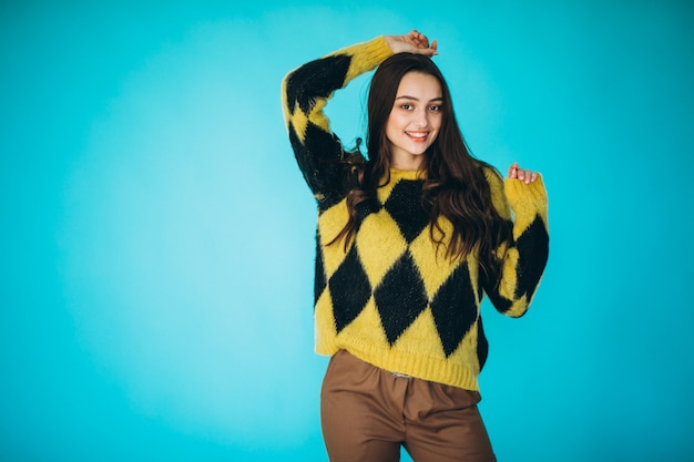 Giovane donna in un maglione caldo