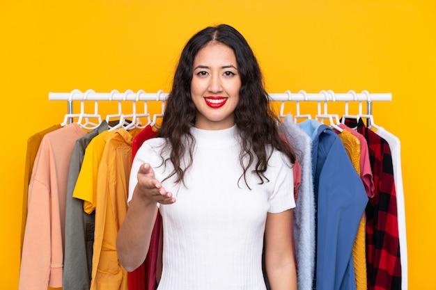 Giovane donna in un negozio di abbigliamento