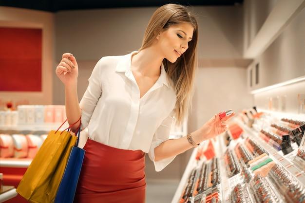 Giovane donna in un negozio di bellezza