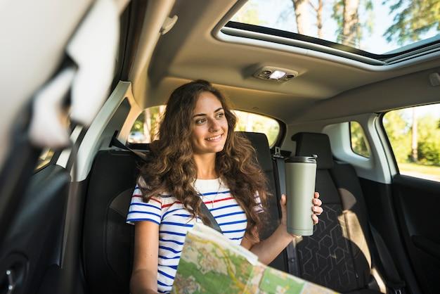 Giovane donna in un viaggio in auto