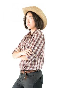 Giovane donna in una camicia a quadri e braccia incrociate
