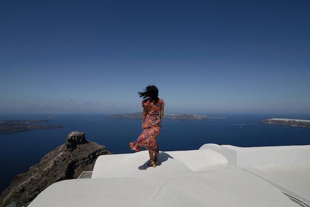 Giovane donna in vacanza, città grecia di santorini oia