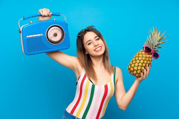 Giovane donna in vacanze estive sul blu