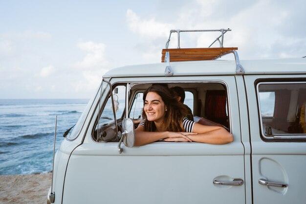 Giovane donna in viaggio sulla spiaggia