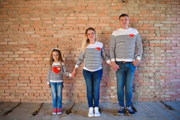 Giovane donna incinta con la sua famiglia, riprese in studio
