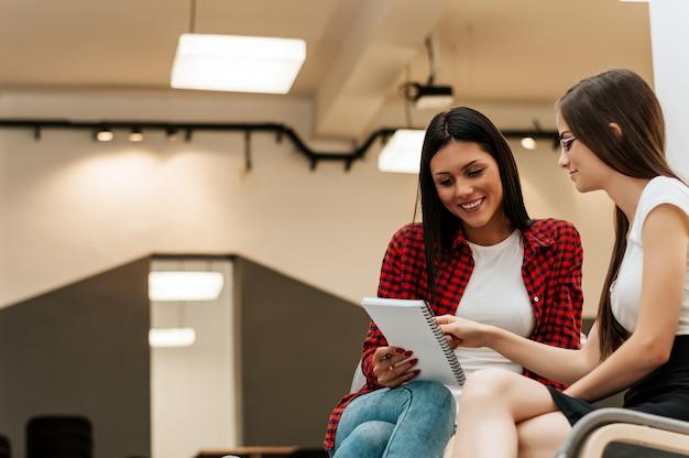 Giovane donna incontro un manager nel suo ufficio e avere un colloquio di lavoro.